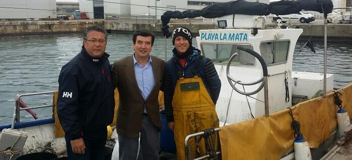 Fernando Giner con los pescadores.