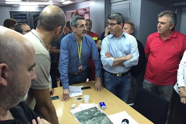 Jorge Rodríguez acude al puesto de mando avanzado del incendio de la Canal para seguir el dispositivo contra el fuego.