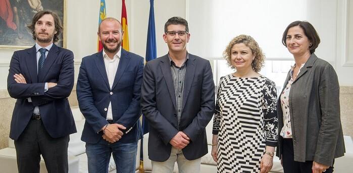 Jorge Rodríguez con la decana autonómica del Colegio de Registradores de la Propiedad y Mercantiles de España. (Foto-Abulaila).