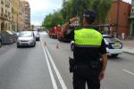 La Policía Local de Valencia detiene a dos personas intentando robar en un comercio de telefonía.