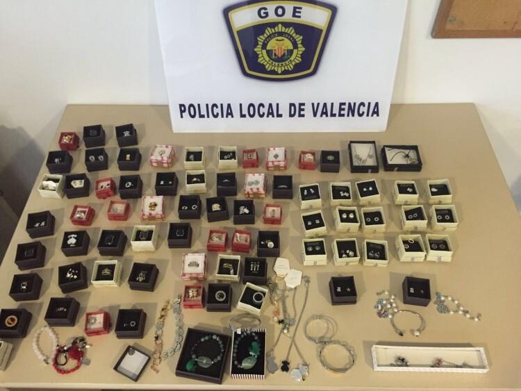 La Policía Local decomisa un centenar de joyas falsificadas en el mercado extraordinario de Pelayo