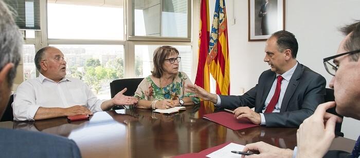 La diputada Conxa García, acompañada por Toni Such, en la reciente reunión con el subdelegado del gobierno y la Inspección de Trabajo. (Foto-Abulaila).