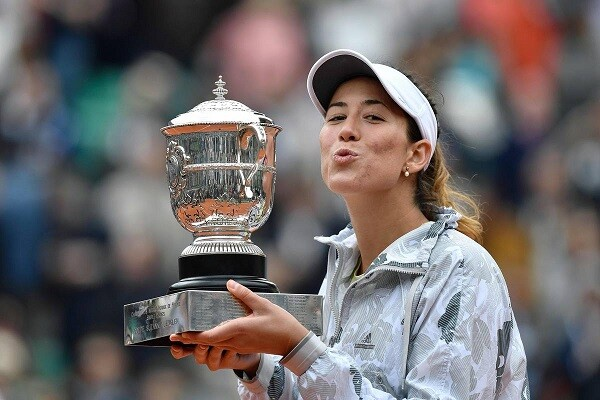 Spain's Garbine Muguruza blows a kiss as she poses with her trophy after winning the women's final match against the US's Serena Williams at the Roland Garros 2016 French Tennis Open in Paris on June 4, 2016. / AFP PHOTO / PHILIPPE LOPEZ