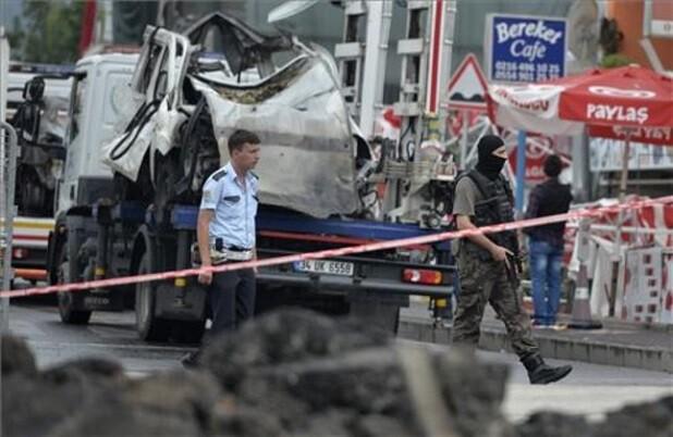La explosión de una bomba contra un autobús policial en Estambul deja por el momento 11 muertos y más de 36 heridos.