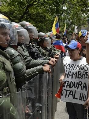 La policía utilizó algunos gases lacrimógenos para dispersar a los manifestantes.
