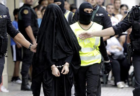 ESPAÑA TERRORISMO YIHADISTA:GRA124. GANDIA (VALENCIA), 05/09/2015.- La joven de 18 años de origen marroquí que ha sido detenida hoy en Gandía (Valencia) por su presunta relación con actividades del terrorismo yihadista ha abandonado su domicilio en esta localidad acompañada por agentes de la Guardia Civil. EFE/Rubén Francés