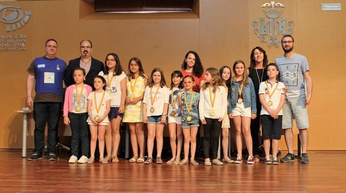 Las niñas del municipio de Llutxent recogiendo los diplomas y medallas de participación.