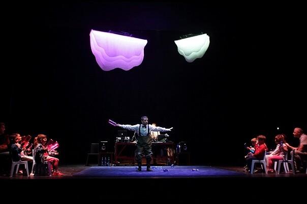 Música electrónica, ecología, interacción, humor y poesía en el estreno en Valencia en 'Lil·liput', de l'Horta Teatre.