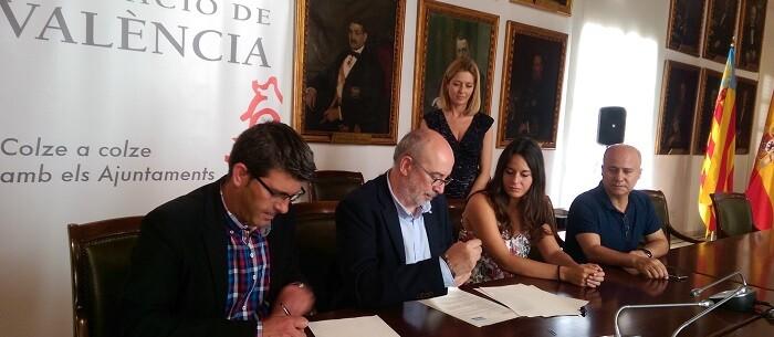 Manuel Alcaraz, y Jorge Rodríguez, firmaron hoy el convenio que supone la promoción de los valores asociados al Gobierno Abierto.