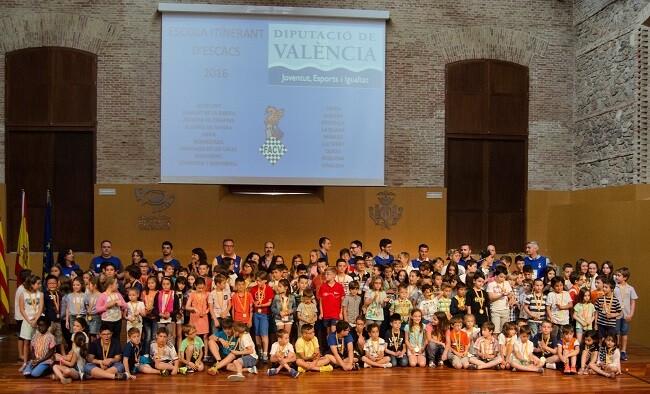 Niños y niñas participantes de la escuela intinerante.