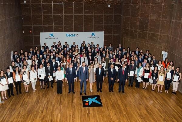 "Once estudiantes de la Comunitat Valenciana  reciben una beca ""la Caixa"" para cursar estudios de posgrado en el extranjero."