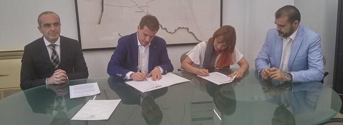 Pilar Soriano y Roger Cerdá han signado el acuerdo.