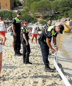 Policías locales en una intervenciòn en la playa.