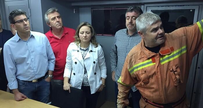 Rodríguez se desplazó a primera hora de la mañana a Anna, donde el jefe del Servicio Operativo de Bomberos, José Miguel Basset, le informa de las tareas de extinción.