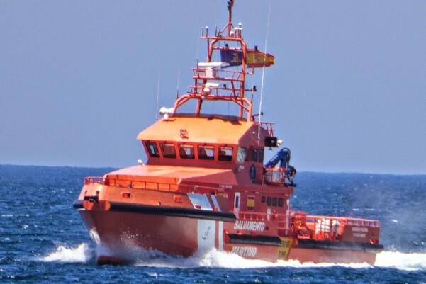 Salvamento Marítimo rescata a los 6 tripulantes de un pesquero con vía de agua a 15 millas de Finisterre.