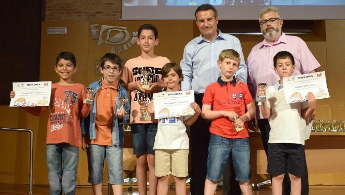 Los alumnos del Colegio Tomas de Montañana recogiendo los premios en la entrega de trofeos.