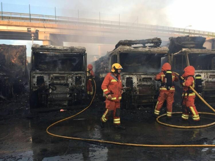 Un incendio quema cinco remolques frigoríficos en el polígono Oliveral en Riba-Rojaç (1)