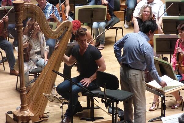 Vuelve el arpista Xavier de Maistre con la Orquesta de Valencia y debuta el director chino Long Yu. (Foto-Inma Romeu).