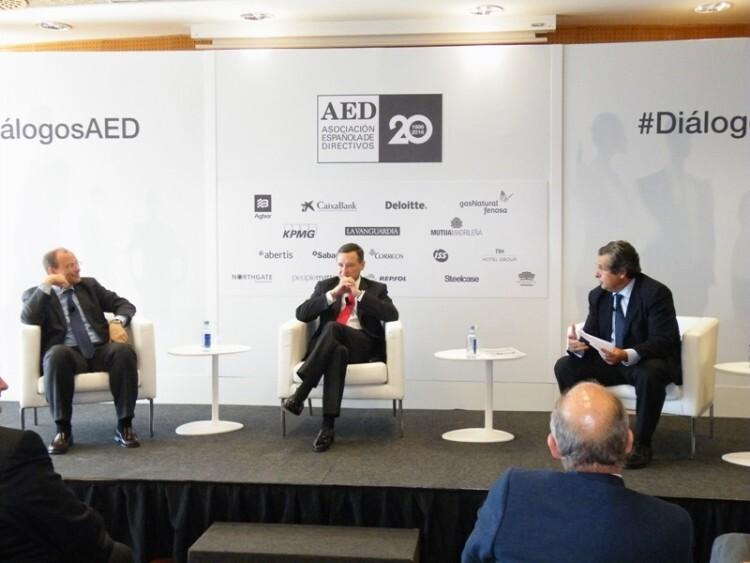 De izda. a dcha.: Fritz Hoderlein, CEO de everis Europa, Ángel Simón, presidente ejecutivo de Agbar, y Juan Roure, profesor del IESE, en el evento #DiálogosAED.