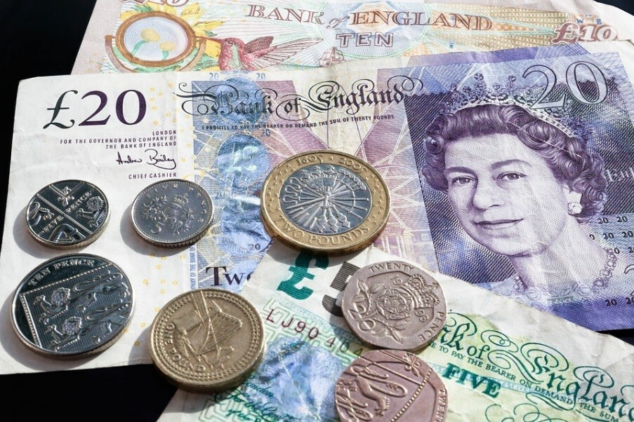 Imagen de archivo de billetes y monedas de la libra esterlina