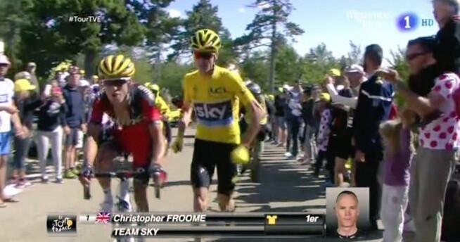 Chris Froome corre tras caer de su bicicleta. (Imagen tomada de la televisión pública).