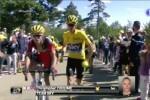 Chris Froome sube corriendo parte del Mont Ventoux tras una caída múltiple.