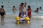 Cruz Roja cuenta con servicio de baño adaptado en 14 playas de la provincia de Valencia.