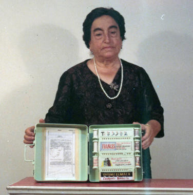 Ángela Ruiz Robles con su Enciclopedia Mecánica. / Wikipedia