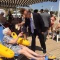 El Ayuntamiento acerca a la playa a las personas mayores dependientes.