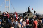 El Gobierno turco realiza una gran purga militar y detiene a casi 3.000 sospechosos de participar en el golpe de Estado.