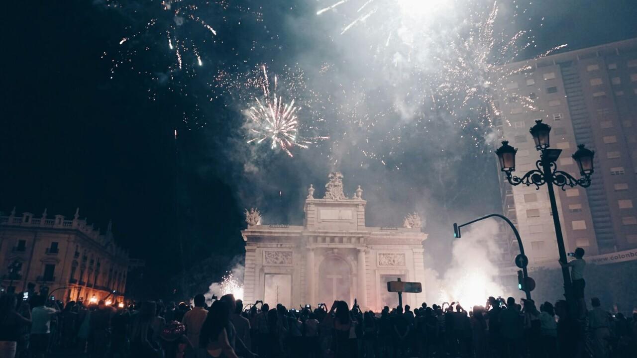El centro de Valencia se llena de sonido, luz y color con el Correfoc  (1)