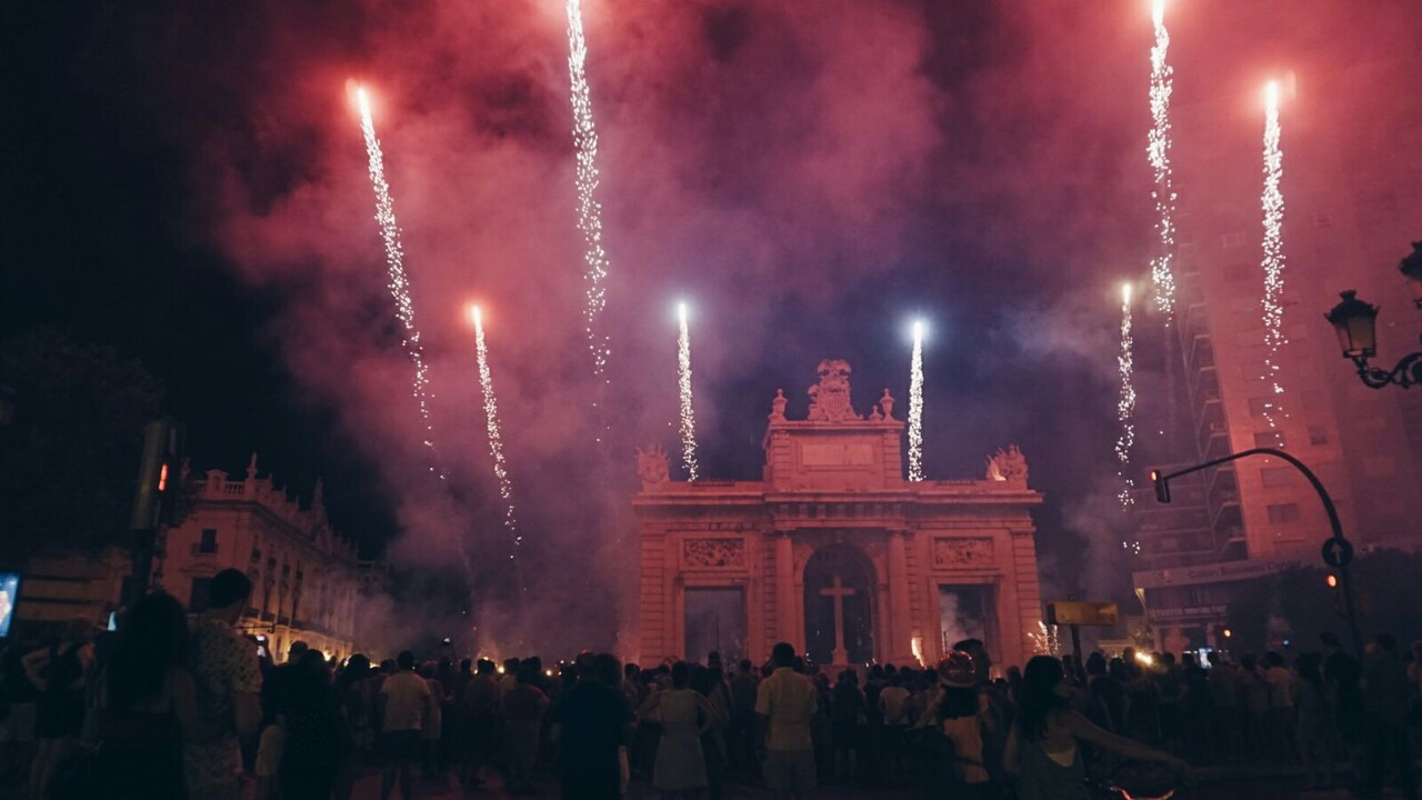 El centro de Valencia se llena de sonido, luz y color con el Correfoc  (5)
