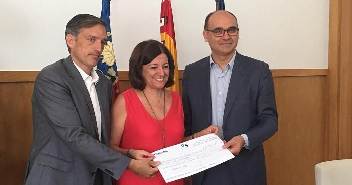 El rector, Manuel Palomar, y el director general de Hidraqua, Francisco Bartual, han entregado el cheque de 3.800 euros a la directora del Centro, Ana Carratalá.