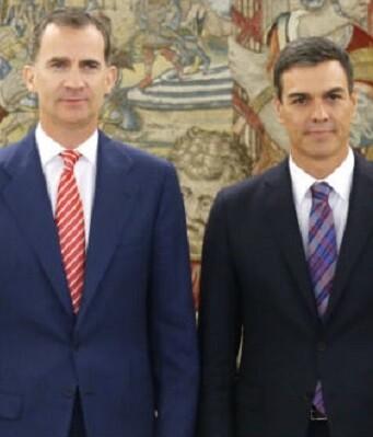 El rey Felipe VI junto a Pedro Sánchez.