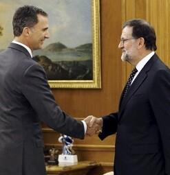 El rey recibe en audiencia a Mariano Rajoy.