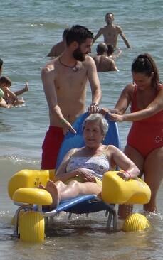 Este servicio permite a las personas con diversidad funcional o con movilidad reducida bañarse en el mar.