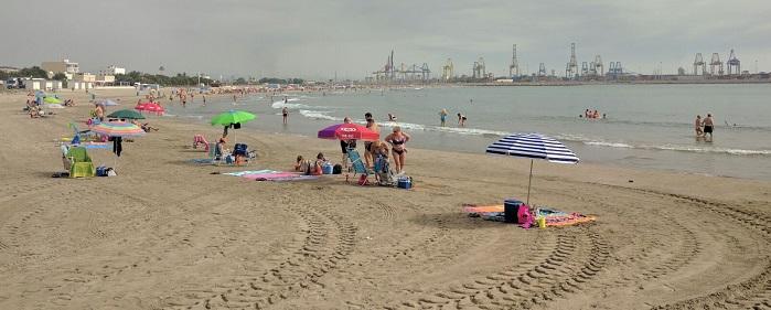 Hoy ha comenzado el apilamiento de algas marinas en la playa de Pinedo.