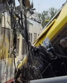 Imagen tomada de la televisión (RAI) de dos de los vagones destrozados.