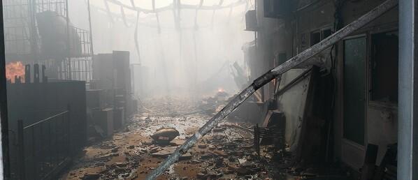 Interior del incendio en la nave.