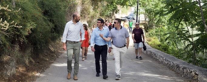 Jorge Rodríguez y Pablo Seguí con el alcalde de Enguera. (Foto-Abulaila).