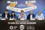 Jorge Rodríguez, y la presidenta del Valencia CF, Lay Hoon, presentan en Carcaixent el encuentro que disputarán los valencianistas el 10 de agosto en Alzira. (Foto-Abulaila).