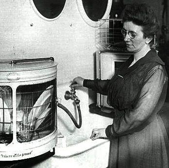 Josephine Cochrane usando el lavaplatos que diseñó. / Wikipedia