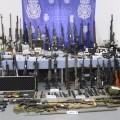 La Policía Nacional interviene un centenar de armas en un caserío de Bizkaia.