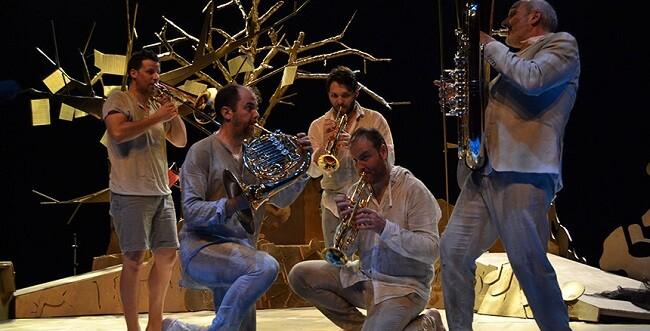 La comunicación entre los cinco protagonistas del montaje se basa en el gesto, la voz y la música.