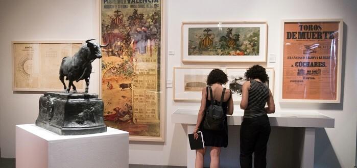 La exposición cuenta con cartelería clásica, revistas y todo tipo de arte en papel (Foto-Abulaila).
