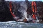 La lava del volcán Kilauea llega hasta el mar atrayendo a miles de visitantes a pesar del peligro.