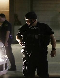 La policía detuvo a dos presuntos sospechosos.