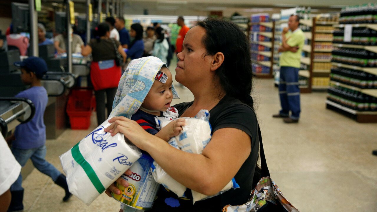 People buy food and other staple goods inside a supermarket in Caracas, Venezuela June 30, 2016. REUTERS/Mariana Bazo