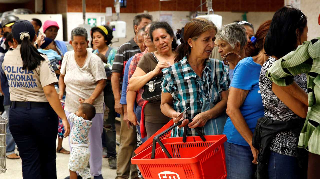 People line up to buy food and other staple goods inside a supermarket in Caracas, Venezuela June 30, 2016. REUTERS/Mariana Bazo