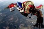 Luke Aikins salta sin paracaídas desde una altura de 7.620 metros imponiendo un nuevo récord.